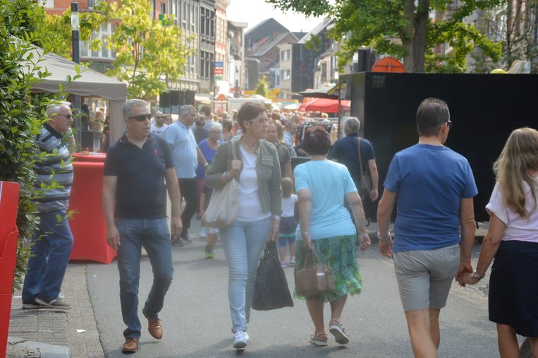 De bezoekers wandelen tussen de talrijke kraampjes in de Beverstraat.
