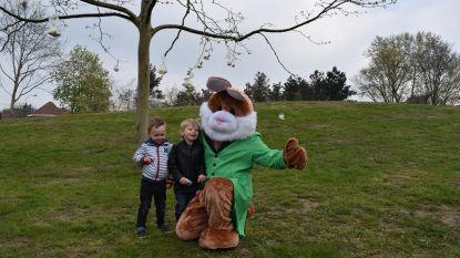 Paashaas pakt kinderen in tijdens eierenzoektocht in Zelzaats gemeentepark