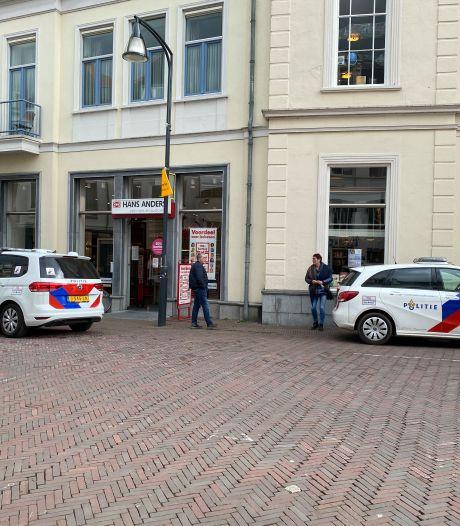 Diefstal met geweld op Hans Anders in Deventer,  personeel worstelt met dader