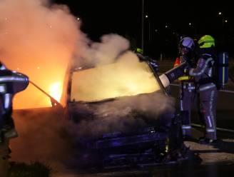 Auto brandt volledig uit op afrit van E17