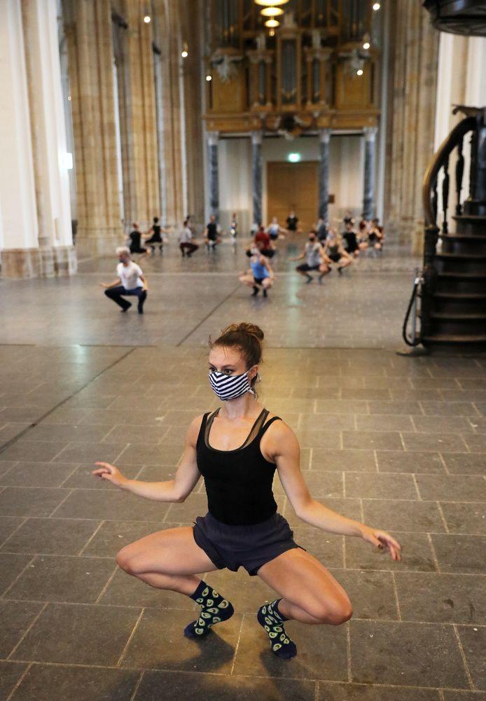 Introdans oefent voor het laatst dit seizoen in de Eusebiuskerk in Arnhem onder leiding van choreograaf Regina van Berkel. Aan danseres Nina Dijkman (voor) is goed te zien dat dit volgens coronaprotocol gebeurt.