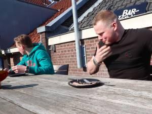 Hoe twee IJsselsteiners een naar riool stinkend visje eten