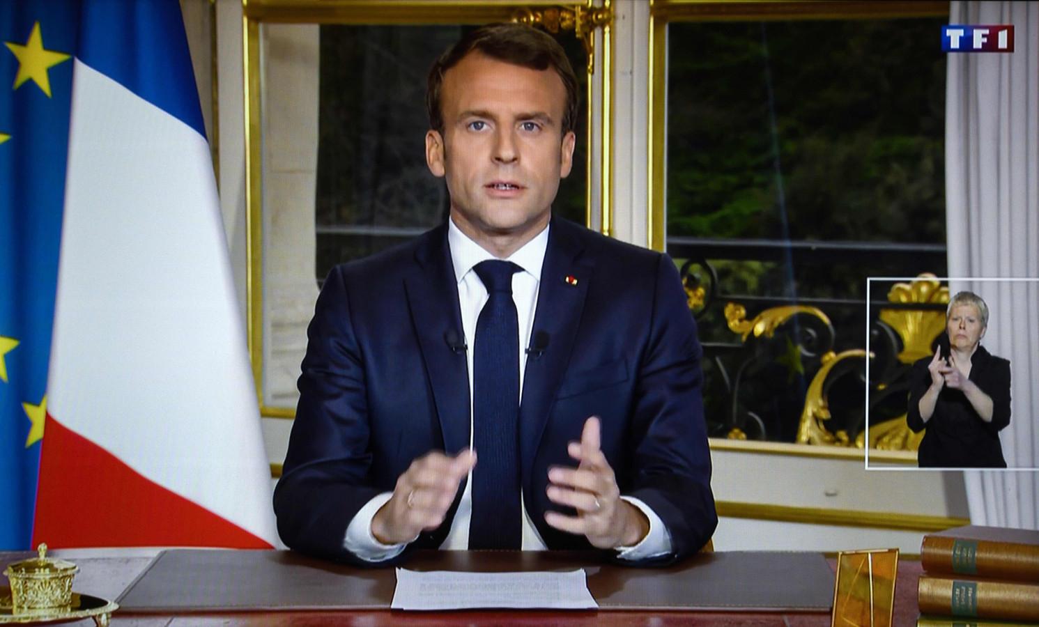 President Emmanuel Macron spreekt Frankrijk toe.