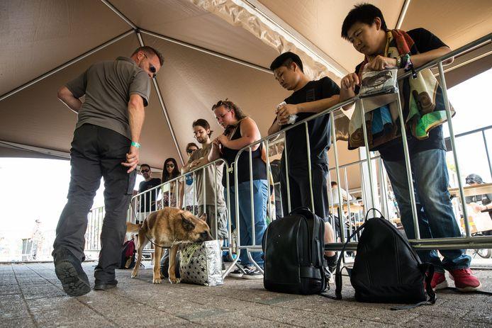 Drugscontrole met honden aan de ingang van Tomorrowland.