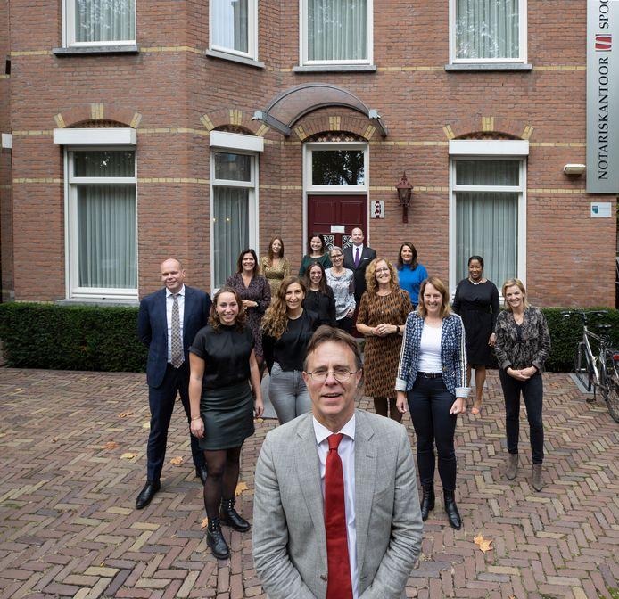 Notaris Bart Spoormakers met zijn medewerkers.