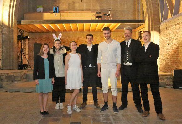 De adolescenten van het Koninklijk Toneelgezelschap Weredi uit Lot voeren in de kapel in Buizingen het stuk 'Azen' van Dimitri Leue op.