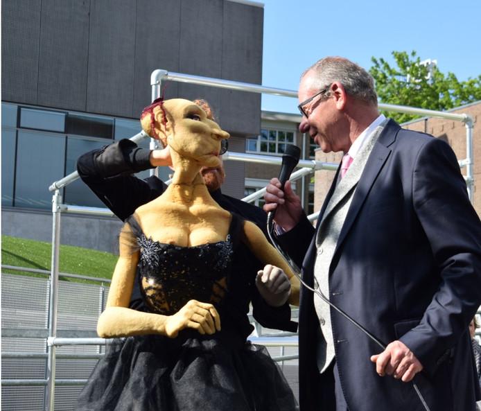 De Apeldoornse wethouder Detlev Cziesso maakt alvast kennis met Porshia.