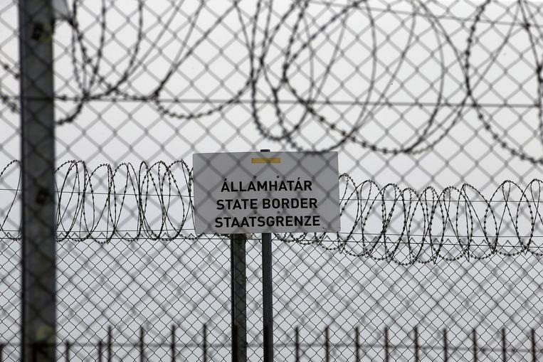 Een grensbord bij de Hongaarse grens met Servië.  Beeld AP