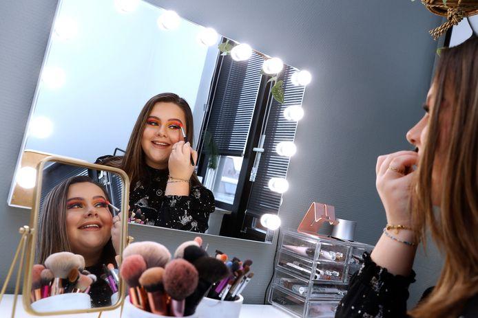 Lisa Wolf achter de make-uptafel in haar slaapkamer in Duiven.
