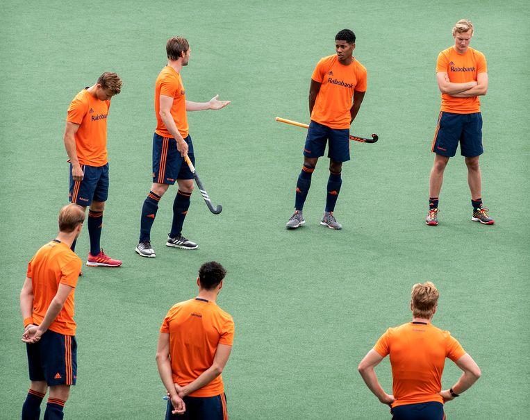 Als de selectie van het Nederlands heren hockeyteam voor de training in een kring staat, vertelt Terrance Pieters dat hij racistisch is bejegend. Daarmee doorbreekt Pieters het stilzwijgen over racisme binnen zijn sport.  Beeld Klaas Jan van der Weij