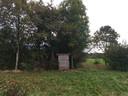 Halverwege het terrein staat een jagershut.