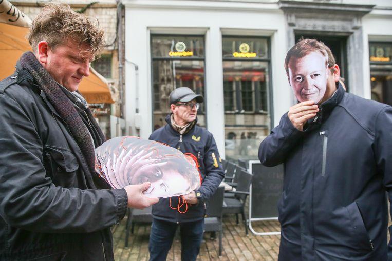 De mannen van Die Verdammte Spielerei deelden voor de nieuwjaarsreceptie 350 maskers uit van Christophe Peeters.