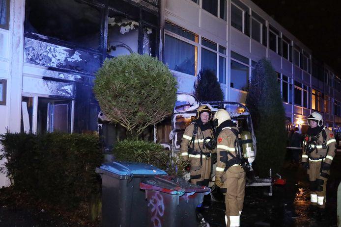 Een caravanbrand is vrijdagavond overgeslagen naar een woning aan de Cellostraat in Uden.