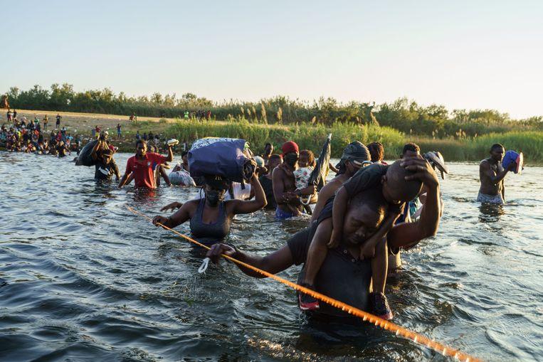 Haïtianen steken de Rio Grande over naar Texas, in de hoop op een beter bestaan in de Verenigde Staten. Beeld PAUL RATJE/AFP