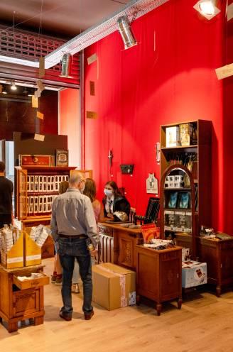 """REPORTAGE. Jong en oud trekt naar eerste Vlaamse Harry Potter-winkel: """"Wie weet, werkt 'Steen der Wijzen'. Dan is 120 euro een koopje"""""""