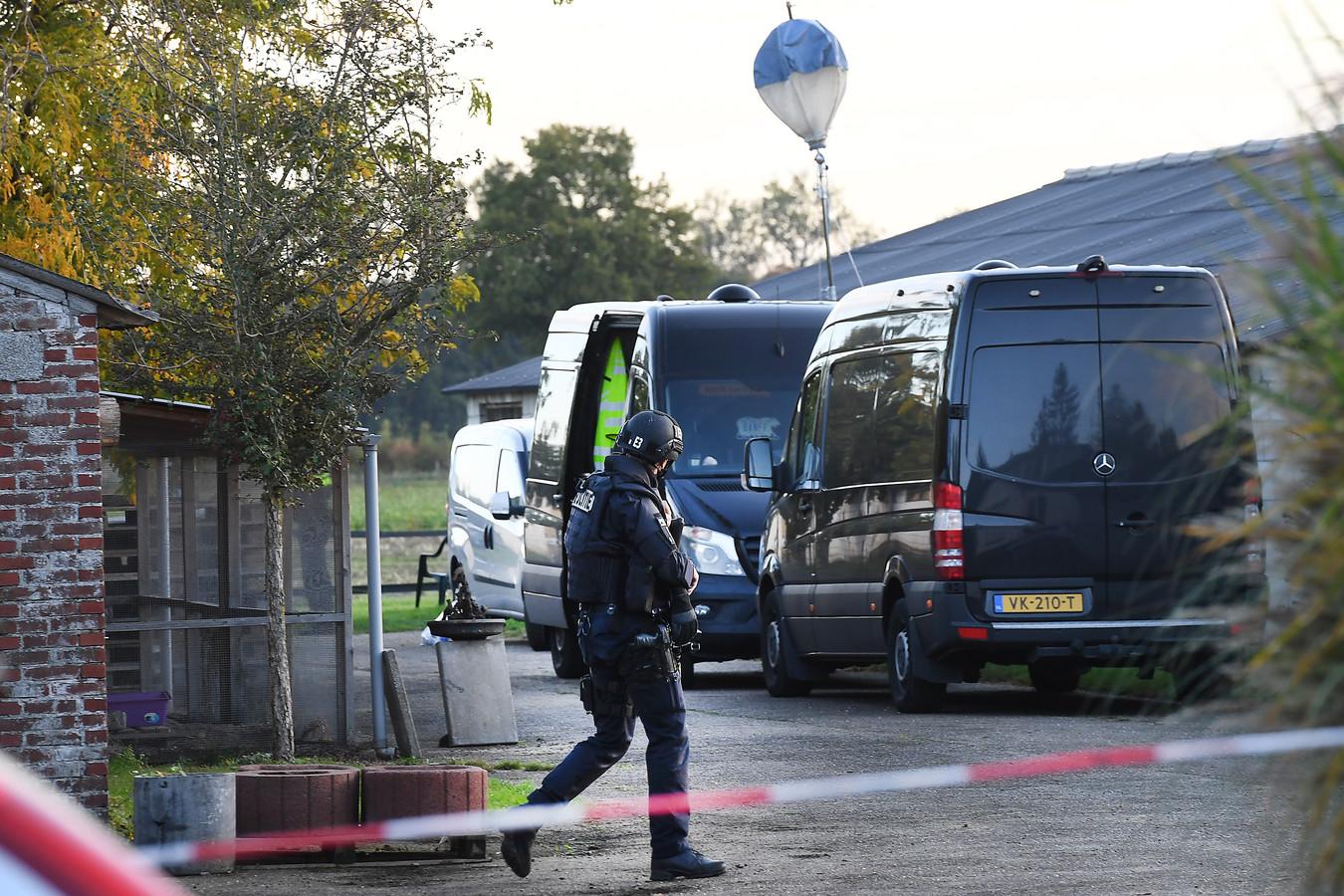 Een zwaarbewapende agent, donderdag bij het ontdekte drugslab in een loods in het Millse buitengebied.