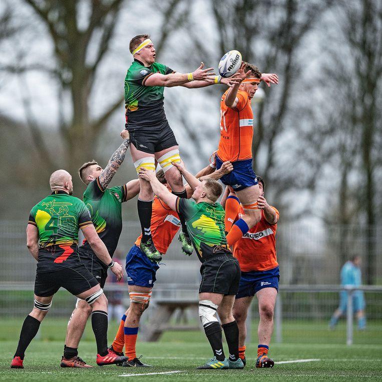 In duel met Litouwen. Zaterdagmiddag won het Nederlands rugbyvijftiental met 36-17. Beeld Guus Dubbelman / de Volkskrant