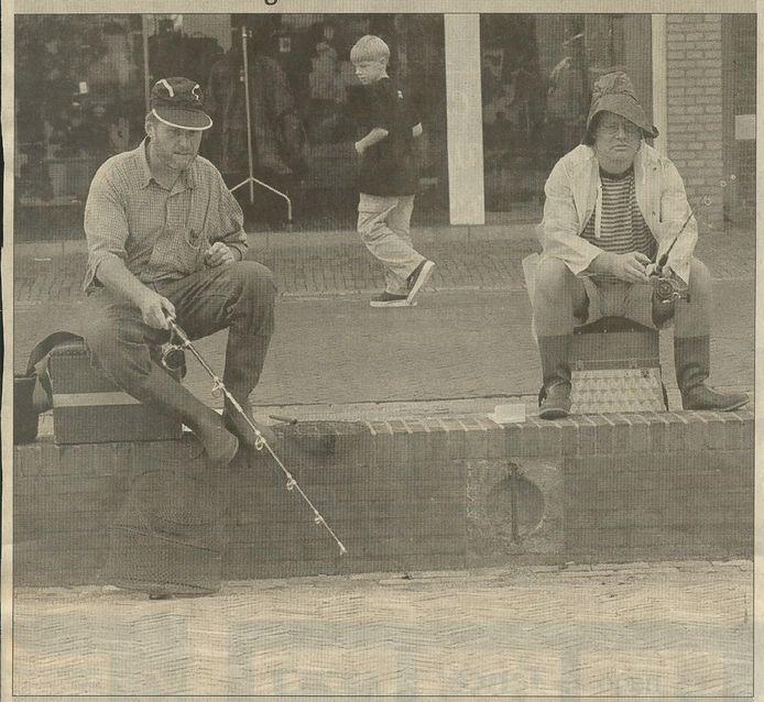Piet Nagtzaam en Michel van Opstal vissen in de droge haven (BN DeStem 05/09/1998)
