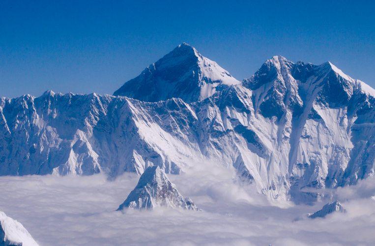 De Mount Everest blijkt 86 centimeter hoger dan gedacht.   Beeld EPA