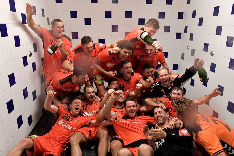 De handballers vieren feest in de kleedkamer. Beeld BSR Agency