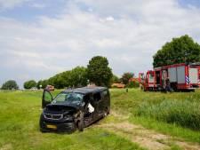 Twee zwaargewonden bij ongeluk tussen busje en tractor in Zwartsluis
