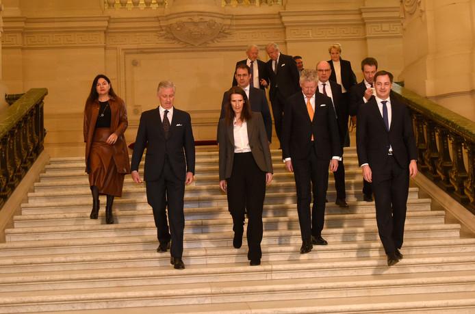 Les membres du gouvernement Wilmès II avec le roi Philippe.