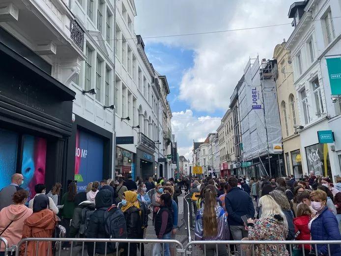 Une file impressionnante devant le magasin Primark de Gand, ce vendredi.