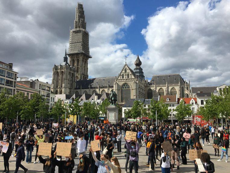 Honderden jongeren verzamelden voor een protestactie tegen racisme in Antwerpen. Beeld Marc Schoetens