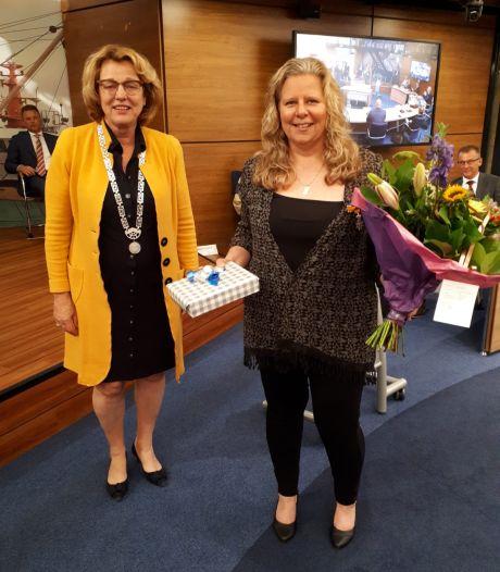 Urker raadslid Keuter koninklijk onderscheiden bij haar afscheid