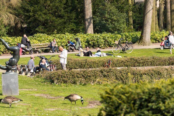 Ontspanning op vrije zaterdag in Coronatijd, in het Stadswandelpark, ondanks enige drukte.