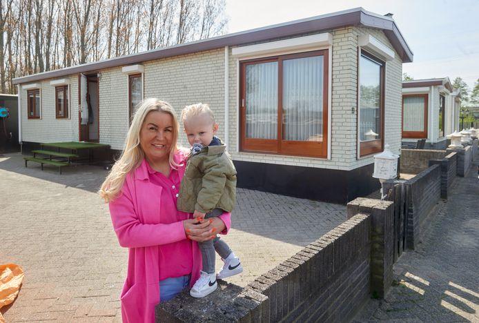 De woonwagen van Paula Bloemers en Frank Bastiaanssen op het kampje aan de Neerveldstraat te Oss.  Op de foto Paula en kleinzoon Frankie.