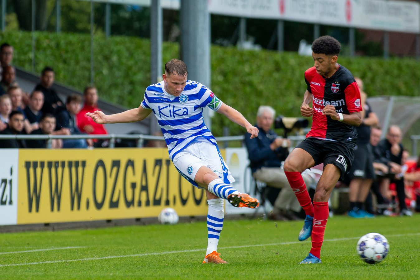De Graafschap-verdediger Julian Lelieveld verstuurt een pass tegen De Treffers.