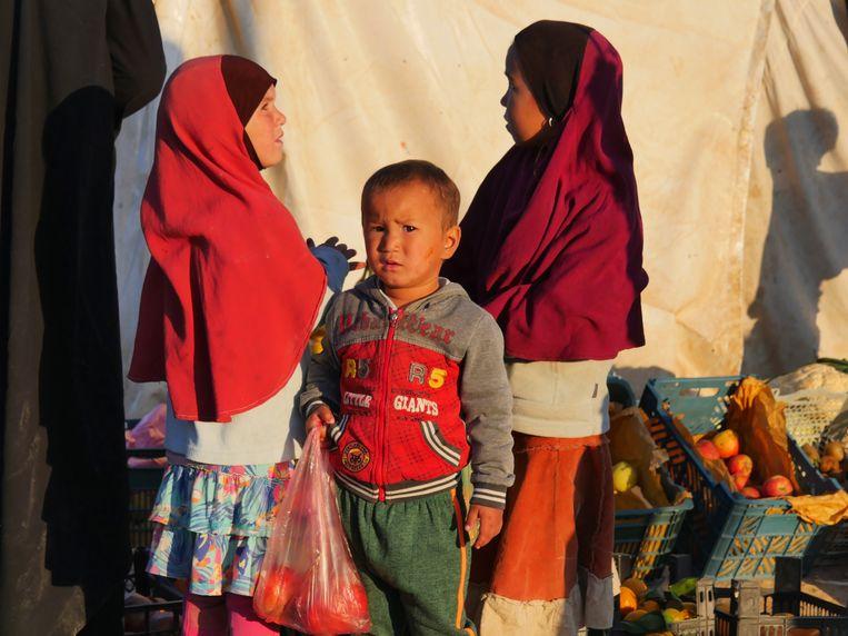 Kinderen op een marktje in Al Hol Beeld Bruno Struys