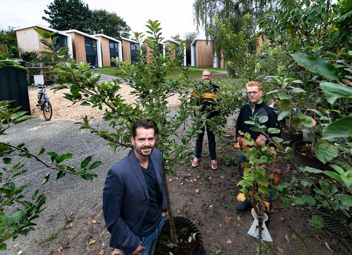 Luck Dankers (l) en Johan van Bakel, bewoners van de Tiny Houses, en Tom van den Heuvel (r) van Tree Mobility.