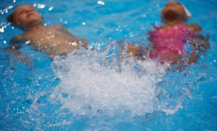 De Geschillencommissie voor Consumentenzaken moet uitsluitsel geven over de klachten van ouders over zwemschool Zin in Zwemmen. Ouders hebben aangifte gedaan van mishandeling en de zwemschool van bedreigingen en smaad.