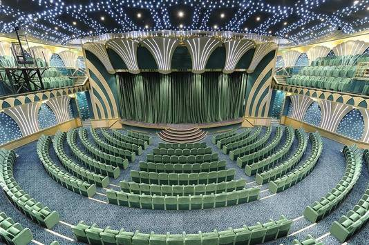 Het theater met 1.200 zitplaatsen waar elke avond een show wordt opgevoerd.