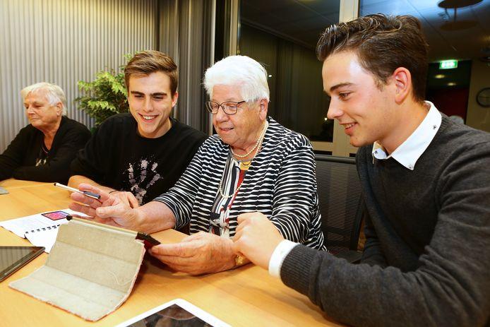 Xander Bruins (links) en Jesse Pot uit Sleeuwijk maakten een online cursus om mensen te waarschuwen voor internetfraude.