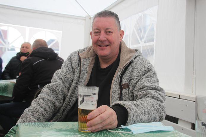 Bart Matthijs genoot zaterdagochtend iets voor 9 uur van zijn eerste pinten onder de partytent naast café 't Kaatsplein in Lede.
