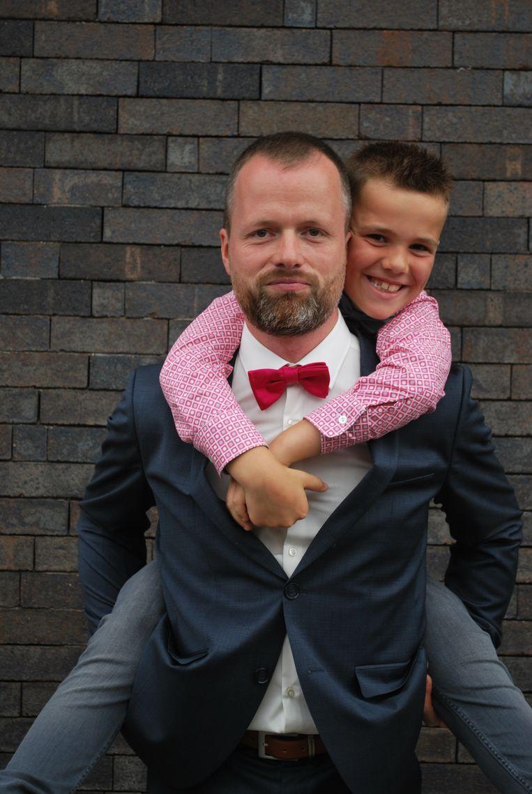 Pieter Verachtert met zijn zoon: 'Structuur blijft dé rots in de branding.' Beeld rv