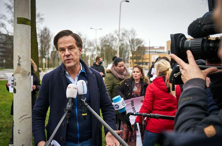Premier Mark Rutte vorige week bij het Catshuis voor een gesprek met gedupeerde ouders van de toeslagenaffaire.  Beeld ANP