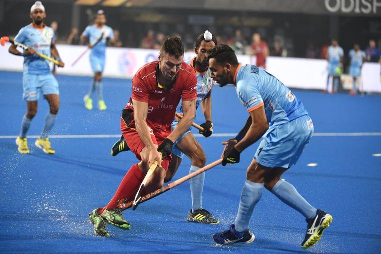 Simon Gougnard duelleert met enkele Indiërs. België bleef op 2-2 steken tegen het WK-gastland. Beeld Photo News