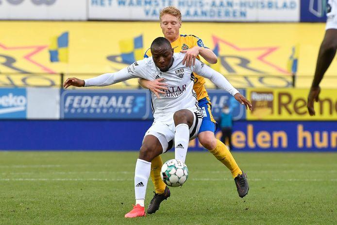 Sivert Heltne Nilsen in duel met Edo Kayembe, middenvelder van KAS Eupen.