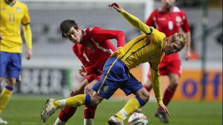 Wilhelmsson in duel met Gareth Bale tijdens een vriendschappelijke interland in Wales. Beeld UNKNOWN