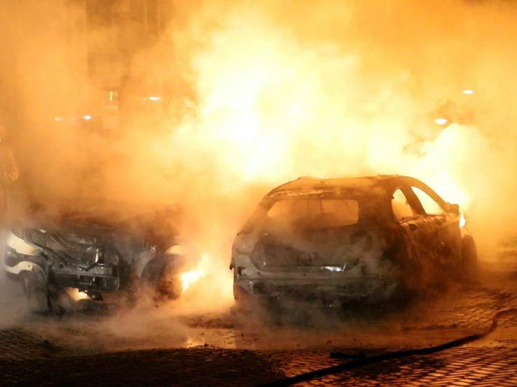 Geparkeerde auto's gaan in vlammen op in Den Haag
