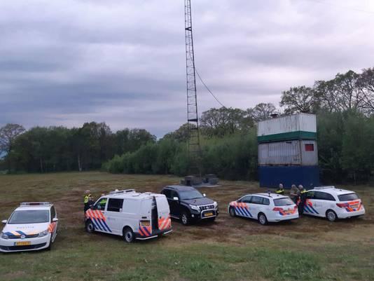 De politie kwam vorig jaar massaal in actie bij het oprollen van een radiomast en -installatie in het buitengebied van Neede, op een terrein van Staatsbosbeheer.