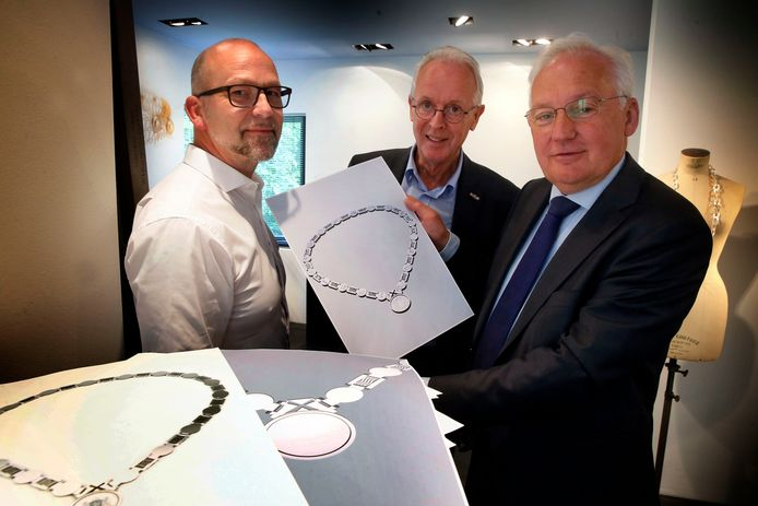 Edelsmid Chris Sommer, Jan Boele van het HCM en huidig (waarnemend) burgemeester Dirk van der Borg.