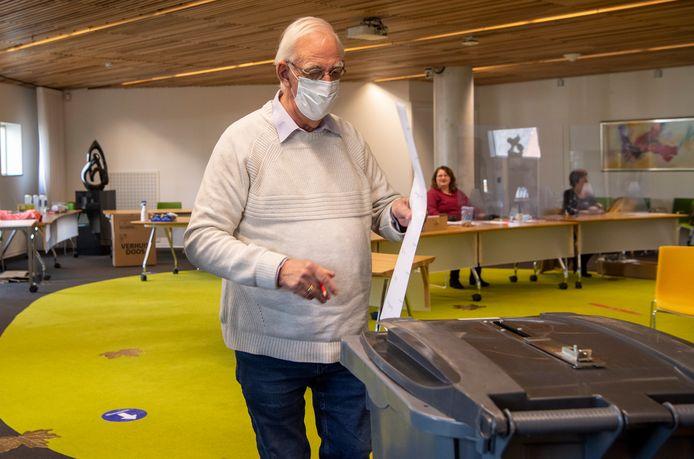 Gijs Schuurman van 50Plus Hardenberg brengt tijdens de landelijke verkiezingen van afgelopen maart zijn stem uit. Nu 'ze' er in Den Haag niet uitkomen, pleit hij voor nieuwe verkiezingen.