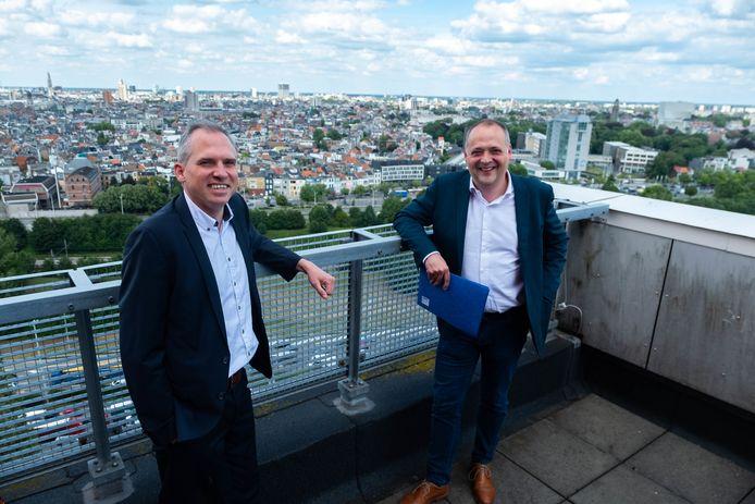 Vlaams minister van Wonen Matthias Diependaele en voorzitter van Woonhaven Fons Duchateau, tevens Antwerps schepen, op het dak van de groene Silvertoptoren.
