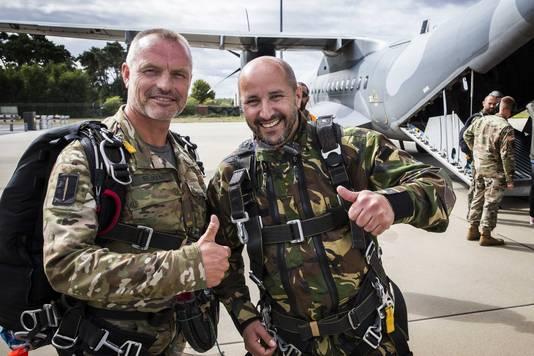 De Arnhemse burgemeester Ahmed Marcouch (rechts) in Eindhoven, voorafgaand aan de parachutesprong boven Groesbeek.