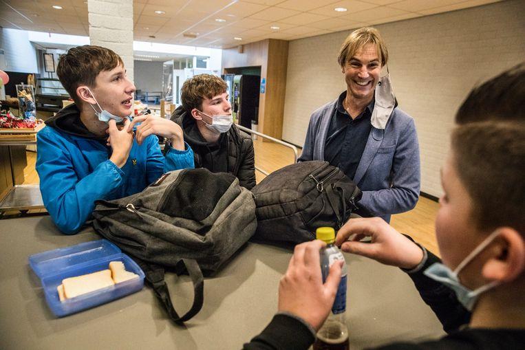 Directeur Jan Poels in gesprek met een aantal leerlingen in de kantine.  Beeld Aurélie Geurts